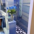 Badgestaltung_altersgerecht_Azul_Macaubas_Quarzit_großformatig_poliert_Dusche_Mosaik2