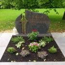doppelgrab_granit_halmstadt_zweiteilig_poliert_bronzeschrift_bronzekreuz_laufdorf